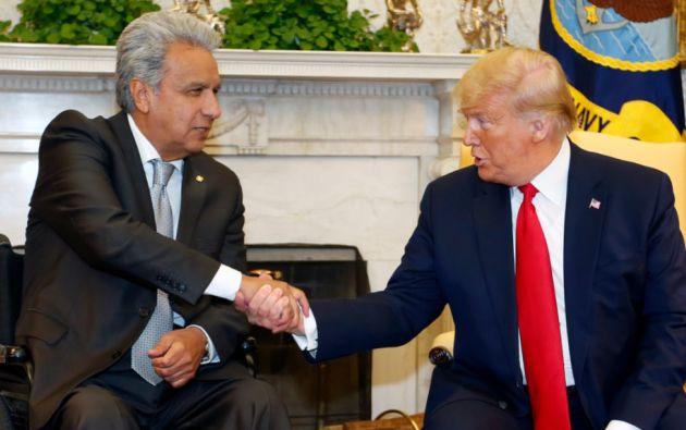 Los presidentes de Ecuador y Estados Unidos estrechan sus manos durante un encuentro, el 12 de febrero del 2020. Foto: Presidencia/Twitter