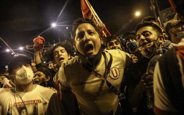 La Policía lanzó perdigones y gases lacrimógenos para dispersar a los manifestantes. Foto: EFE
