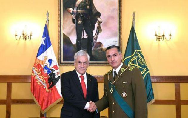 El presidente de Chile, Sebastián Piñera y el director de Carabineros de Chile, Mario Rozas, se saludan durante la ceremonia de ascenso del general como alto mando de la policía, el 7 de enero de 2019 en Santiago. Foto: EFE