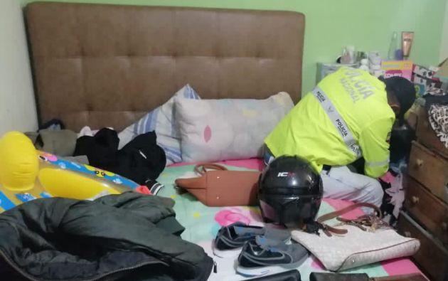 Las investigaciones de la Policía Nacional determinaron que los ladrones en Quito cometieron sus atracos utilizando armas de fuego y montados en una moto, ambos elementos fueron encontrados en la casa.