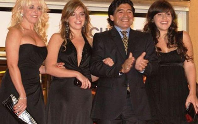 Maradona junto a sus hijas Dalma y Gianinna, y su exesposa Claudia Villafañe.