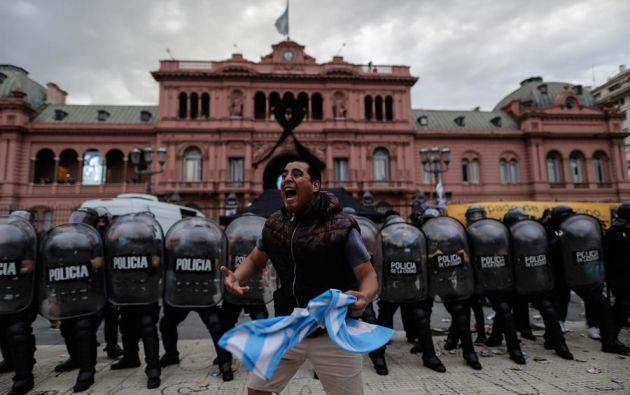 Algunas personas fueron retenidas por efectivos policiales y otras tuvieron que ser asistidas por médicos. Foto: EFE
