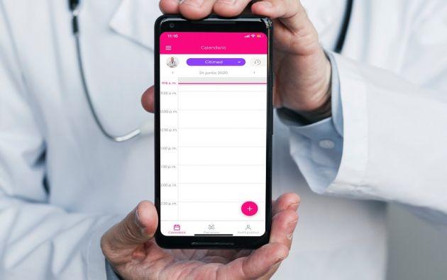 En la app, el usuario puede conocer el perfil del doctor, sus estudios y especializaciones, así como también los horarios de atención y dirección de consultorio.