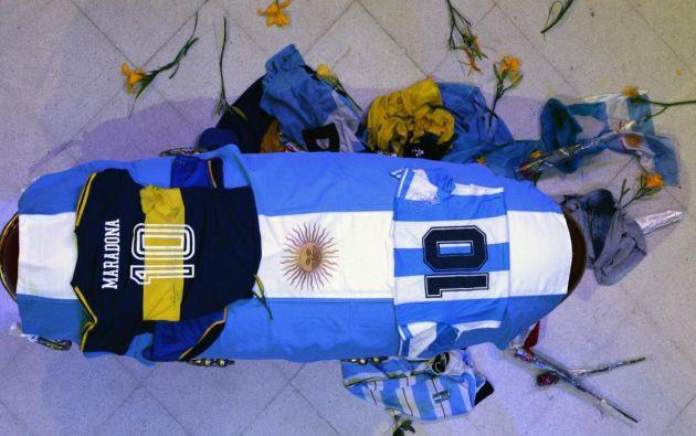 Vista del cajón cerrado donde yace Maradona, durante el velatorio  en la Casa Rosada en Buenos Aires , Argentina. EFE