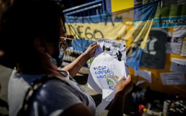 A la Bombonera, estadio de Boca Juniors, acuden hinchas del cuadro 'xeneize' y otros equipos y cada uno realiza su homenaje y despedida particular. Foto: EFE.