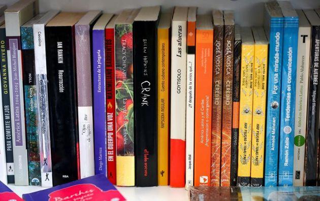 Fotografía de libros, en la libreria Tres Gatos hoy, en Quito