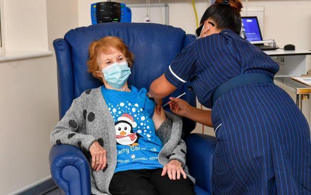 Margaret Keenan, de 90 años, fue filmada y fotografiada mientras se le administró la vacuna. Foto: EFE