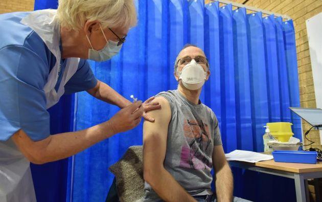 David Farrell, paciente de 51 años, recibe una de las dos vacunas de Pfizer y BioNtech en un centro de vacunación en Cardiff (Reino Unido). EFE/Ben Birchal