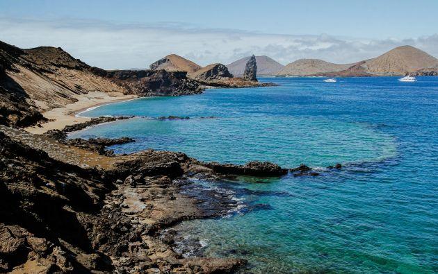 Una roca pináculo decora el perfil costero de la isla Bartolomé. Foto: Winny Sarmiento.