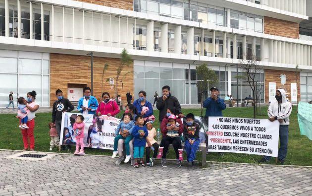 Llegaron desde varias provincias del país a los exteriores del Ministerio de Salud.