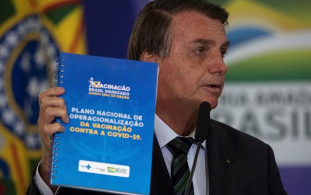 El presidente de Brasil, Jair Bolsonaro, presenta el Plan Nacional de Vacunación contra la covid-19 hoy, desde el Palacio de Planalto en Brasilia (Brasil). Foto:EFE