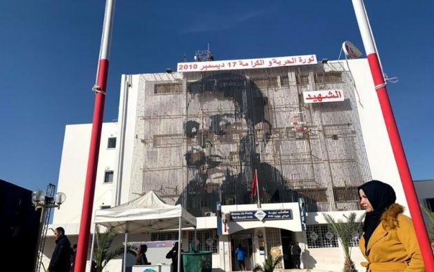 Un grafiti recuerda en Túnez all joven vendedor de frutas ambulante, que se quemó  en la plaza de su pueblo y desató masivas protestas hace 10 años. Foto:EFE