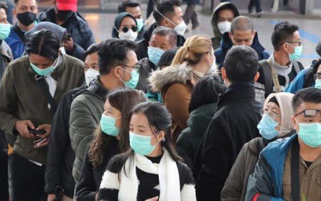 Personas esperando el tren en Seúl, Corea del Sur. Foto: EFE