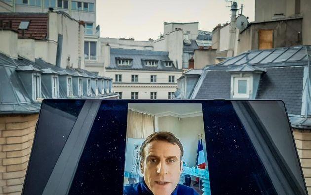 Vista de una pantalla de PC mientras el presidente francés Emmanuel Macron habla desde la residencia presidencial de 'La Lanterne' en su cuenta de Twitter, en Versalles, cerca de París.