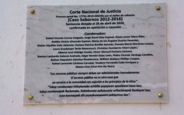 La placa fue colocada en las calles Chile y García Moreno, del casco histórico colonial de Quito, junto a la fachada principal del palacio presidencial de Carondelet. Foto: EFE