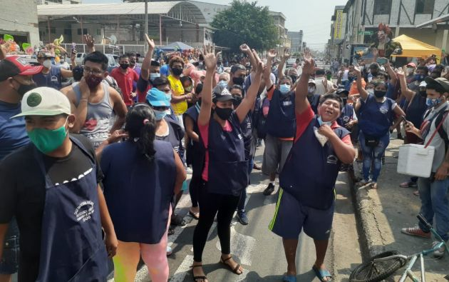 Artesanos protestan en la calle 6 de marzo por la prohibición sobre monigotes.