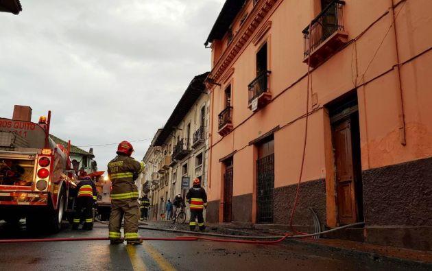 Jorge Almeida, director de operaciones del Cuerpo de Bomberos de Quito, informó que recibieron la alerta del incendio a las 03h16, por lo que desplazaron 19 unidades y 60 bomberos para resolver la emergencia.