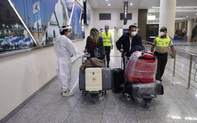 El COE dispuso que se realice de forma aleatoria la prueba rápida de antígenos a los pasajeros de vuelos internacionales, y en caso excepcional de que un pasajero no cumpla con la disposición sobre la prueba PCR negativa, se le aplicará la prueba rápida de antígenos.