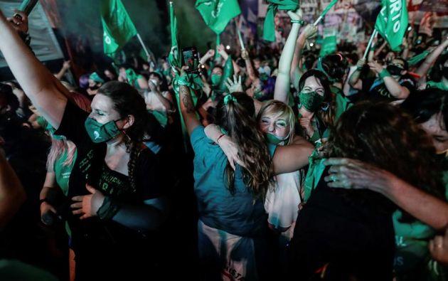 El júbilo y las lágrimas de emoción se apoderaron de las miles de personas que, dentro de la marea verde, que aguardaban con impaciencia el resultado del debate. Foto: EFE