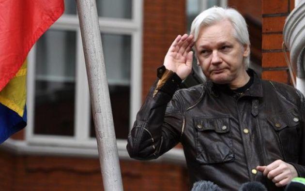 El fundador de Wikileaks Julian Assange mientras atiende a la prensa desde un balcón de la Embajada de Ecuador en Londres (Reino Unido) el 19 de mayo de 2017. Foto: EFE