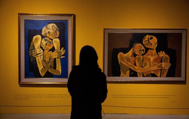 Un visitante mira las obras del pintor ecuatoriano Oswaldo Guayasamín, en el museo de Savina en Seúl, Corea del Sur, 30 December 2020. Foto;EFE