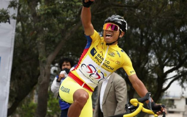 El ciclista Santiago Montenegro celebra tras ganar la etapa el 28 de noviembre, durante la final de la Vuelta Ciclística al Ecuador, en Quito (Ecuador). Foto:EFE
