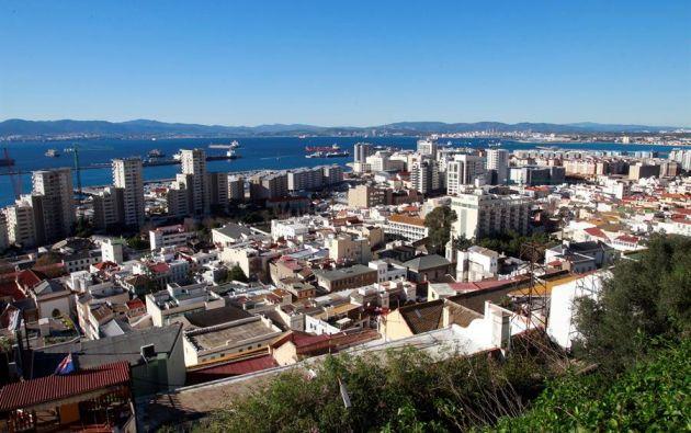 Vista desde el peñón de Gibraltar, donde los comercios no esenciales están cerrados por la pandemia de coronavirus. Foto: EFE