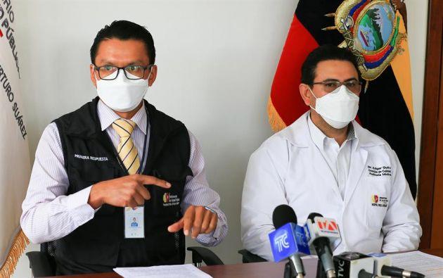 El gerente del hospital Pablo Arturo Suárez de Quito, Diego Tello (i) habla el 6 de enero de 2021 durante una rueda de prensa junto al director médico asistencial del mismo centro médico, Pedro Molina. Foto: EFE