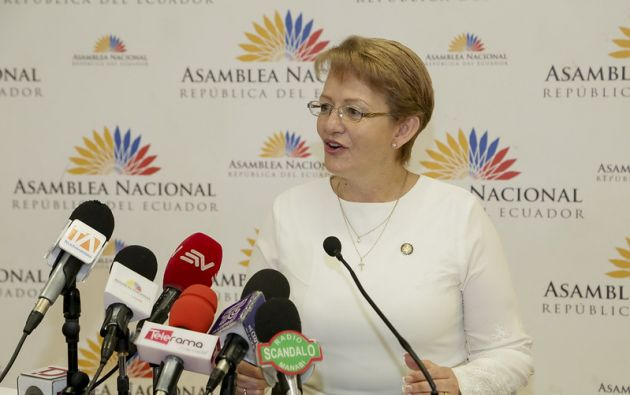 Según la investigación fiscal, la exfuncionaria abusando de su cargo de asambleísta por Pichincha, ordenó y exigió la entrega de contribuciones a sus colaboradores.