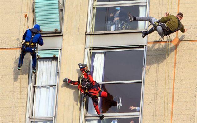 Varios acróbatas visitaron a los pacientes del Hospital San Paolo de Milán. Foto: EFE.