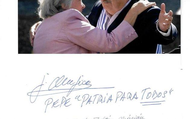 El húngaro Zoltán Márián ha coleccionado firmas de los principales 3.000 líderes del mundo, entre ellos el uruguayo José Mujica. Foto: EFE.