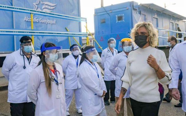 La alcaldesa de Guayaquil, Cynthia Viteri, participó este lunes en el lanzamiento de una campaña de desparasitación envuelta en polémica porque suministrará a la población pastillas de invermectina. Foto: EFE