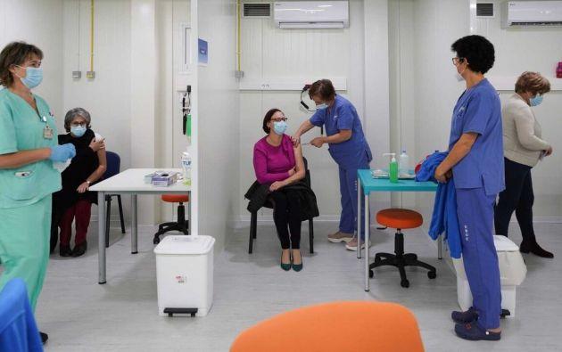 Trabajadores de la salud reciben la vacuna de Pfizer/BioNTech contra la COVID-19 en el Hospital Central Universitario en Coimbra (Portugal).  Foto: EFE