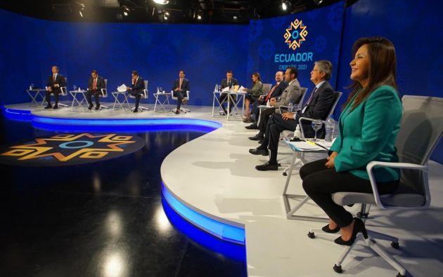 Los moderadores del debate son los periodistas, Ruth del Salto y Andrés Jungbluth.