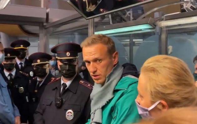 El político se despidió con un beso de su esposa, Yulia, con quien regresó a Moscú desde Alemania, donde se había recuperado durante casi cinco meses del envenenamiento que sufrió en agosto.