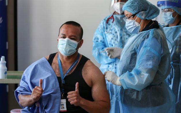 """""""Es una pequeña cantidad de dosis (las que hemos recibido), pero es el inicio de algo grande"""", dijo Vélez. Foto: EFE"""