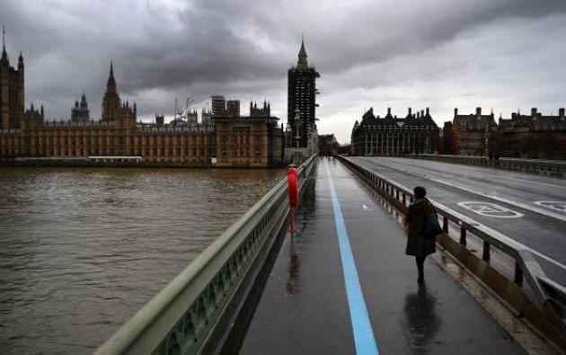 Persona camina sobre el puente de Westminster en Londres, Reino Unido.Foto: EFE