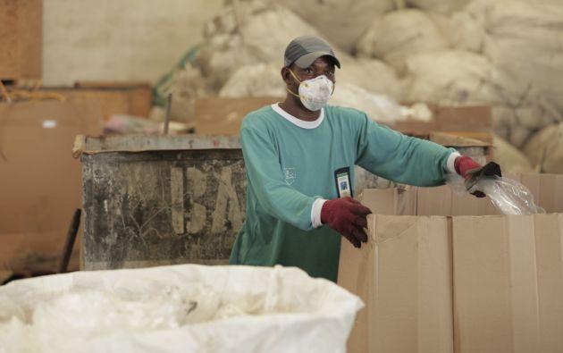 Trabajador de NIRSA en el proceso de recolección de material de reciclaje.