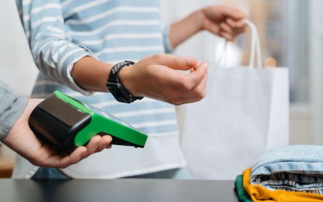 El cliente al momento de realizar su compra solo debe acercar el reloj inteligente al dispositivo de cobro contactless del establecimiento y se efectúa el débito del valor de su cuenta.