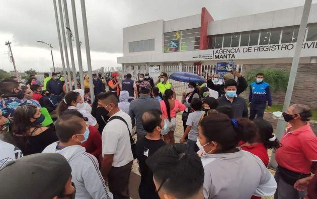 En Manta, el alcalde, Agustín Intriago, pidió a los ciudadanos cautela y evitar las aglomeraciones en las afueras del Registro Civil, para prevenir contagios y cuidar la salud.