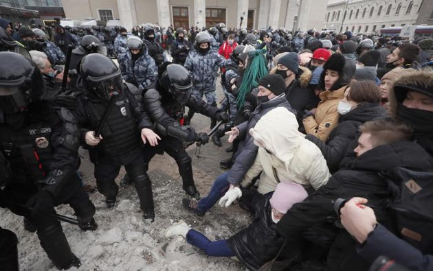 Los partidarios de Alexéi Navalni, mantuvieron el pulso al presidente Vladímir Putin con protestas en toda Rusia para exigir la liberación del líder opositor. Foto: EFE.