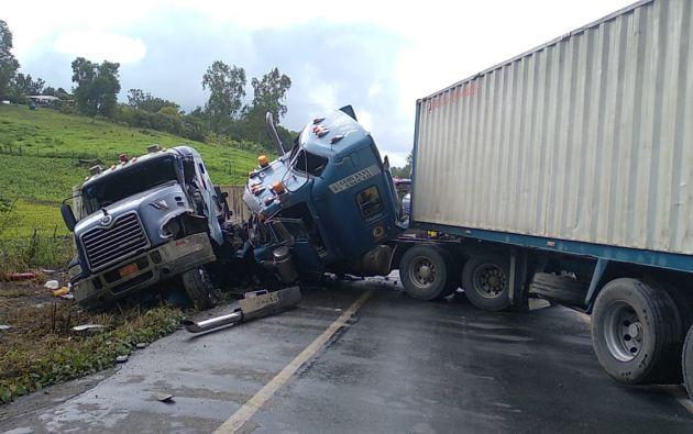 Tras el fuerte impacto, uno de los automotores quedó fuera de la carretera.  Foto: Cortesía