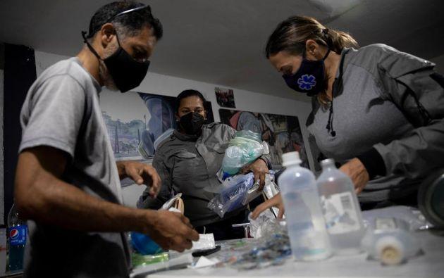 Paramédicos preparan insumos médicos el 1 de febrero de 2021, en Caracas (Venezuela). Foto: EFE