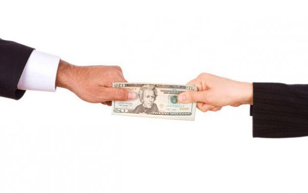 La exfuncionaria fue aprehendida en delito flagrante, cuando recibía el dinero.