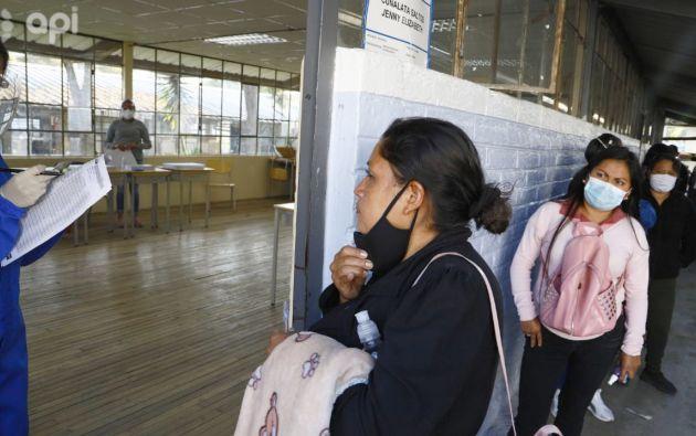 Las autoridades sanitarias han recomendado a la población que acudan a votar con una doble mascarilla de protección, que lleven un bolígrafo y eviten las aglomeraciones. Foto: API