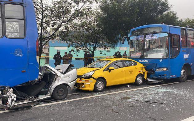 Dos buses, un taxi y un automóvil particular se impactaron de forma simultánea.