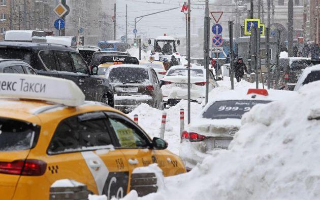 La nieve comenzó a caer con mucha densidad en la tarde del viernes y, según los expertos, continuará hasta el domingo. Foto: EFE.