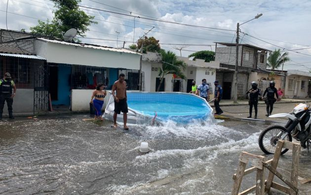 Durante los 4 días del feriado de carnaval, las autoridades municipales controlarán que no se instalen piscinas en espacios públicos. Foto: @alcaldiagye