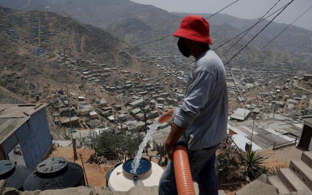 Las peleas entre barrios por quedarse con el agua son una constante en las periferias de la ciudad. Y más ahora, en plena pandemia del coronavirus. Foto: EFE
