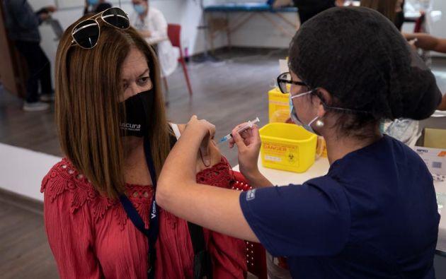 Como modelo a seguir ha sido calificado la vacunación en Chile. Este país ha aplicado dosis al 5 % de su población. Foto: EFE.